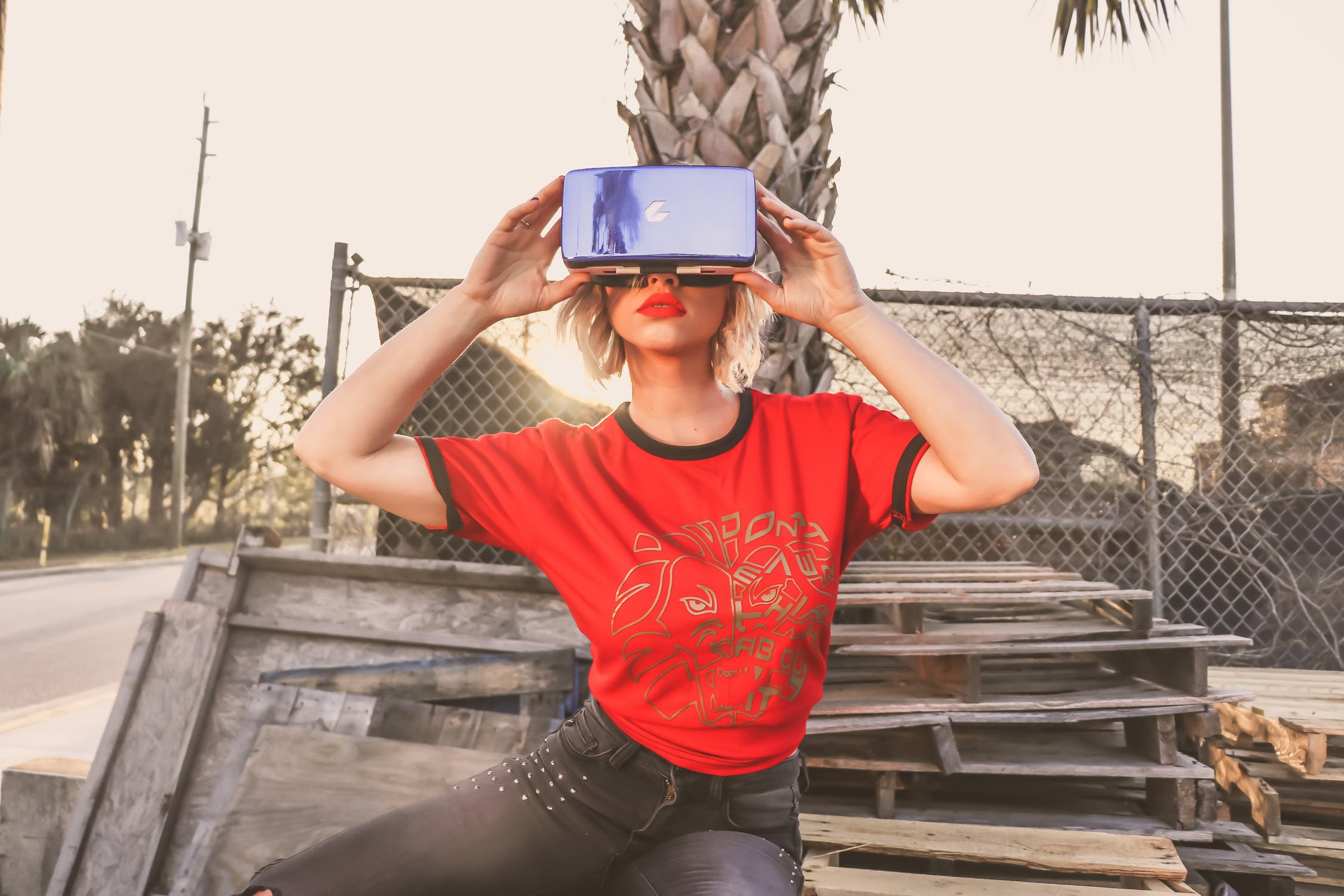 https://www.dotmug.net/wp-content/uploads/2018/05/virtual-reality-apple.jpg