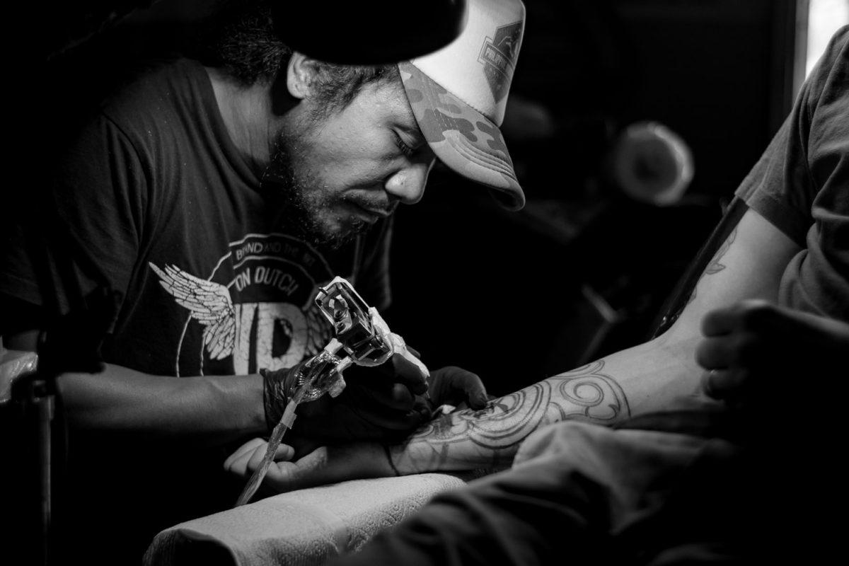Passione tattoo nell'era digitale, app e risorse dal web